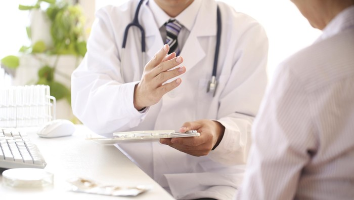 dokter sedang memeriksa pasien