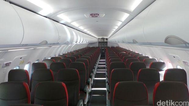 Naik Pesawat Baiknya Tak Begini: Nyeker hingga Colek-colek Pramugari