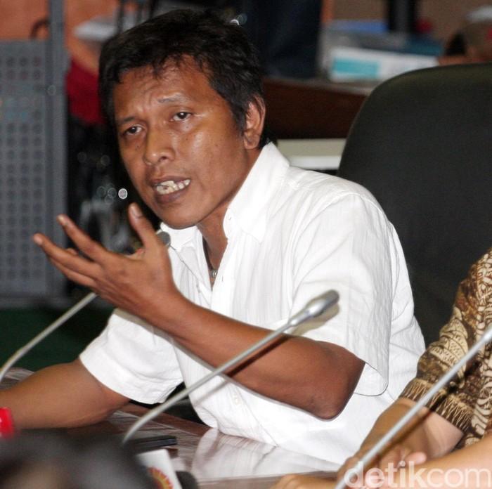 Anggota DPR dari Fraksi PDIP, Adian Napitupulu, Taufiquhadi dan Fraksi Nasdem, Inas Nasrulloh Zubir Fraksi Hanura dan dari Fraksi PKB Arvin Hakim Thohae melakukan konpers di ruangan Rapat Komisi VII, Komplek Parlemen, Senayan, Jakarta, Jumat (20/11/2015). Mereka mendesak Ketua DPR Setya Novanto mundur dari jabatannya. Lamhot Aritonang/detikcom.