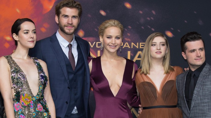 BERLIN, GERMANY - NOVEMBER 04:  (L-R) Actress Jena Malone, actor Liam Hemsworth, actress Jennifer Lawrence, wearing a Dior dress, actress Willow Shields and actor Josh Hutcherson attend the world premiere of the film The Hunger Games: Mockingjay - Part 2 at CineStar on November 4, 2015 in Berlin, Germany.  (Photo by Andreas Rentz/Getty Images)