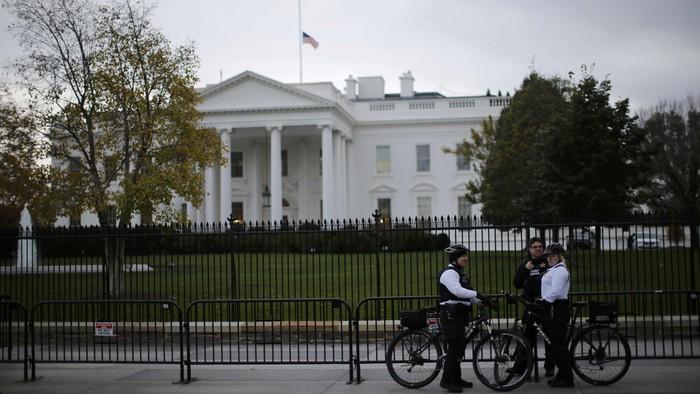 Uniformed U.S. Secret Service officers keep watch outside the White House in Washington, November 17, 2015. REUTERS/Carlos Barria