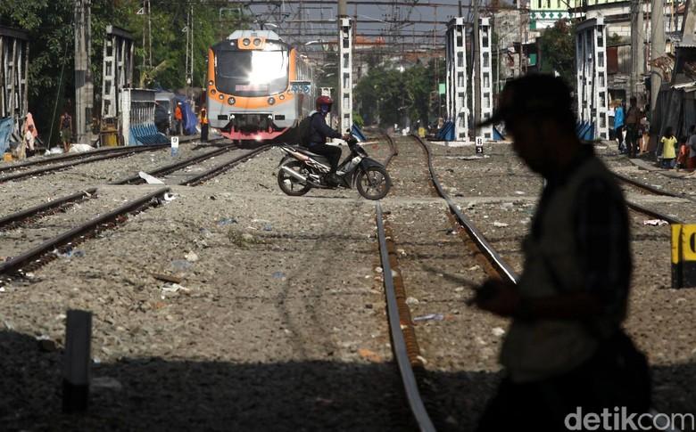 Ilustrasi pemotor meenyeberangi rel kereta api. Foto: Grandyos Zafna