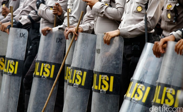 BArikade polisi menggunakan tongkat dan tameng. dikhy sasra/ilustrasi/detikfoto