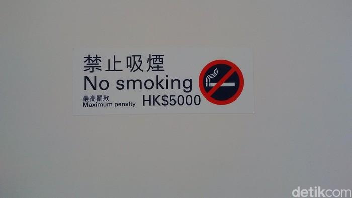 Salah satu peringatan tanda dilarang merokok di Hongkong. Foto: Dhani Irawan/detikcom