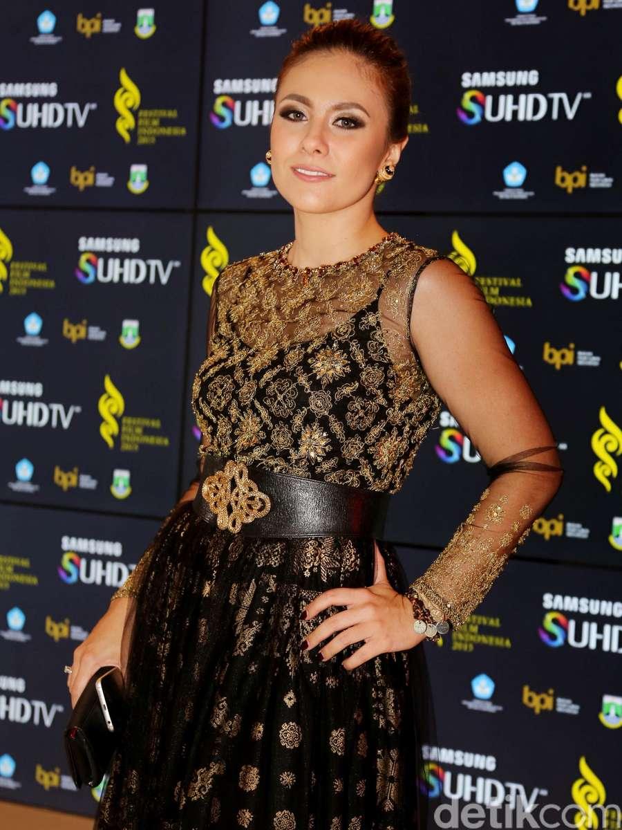 Wulan Guritno Elegan dengan Dress Songket