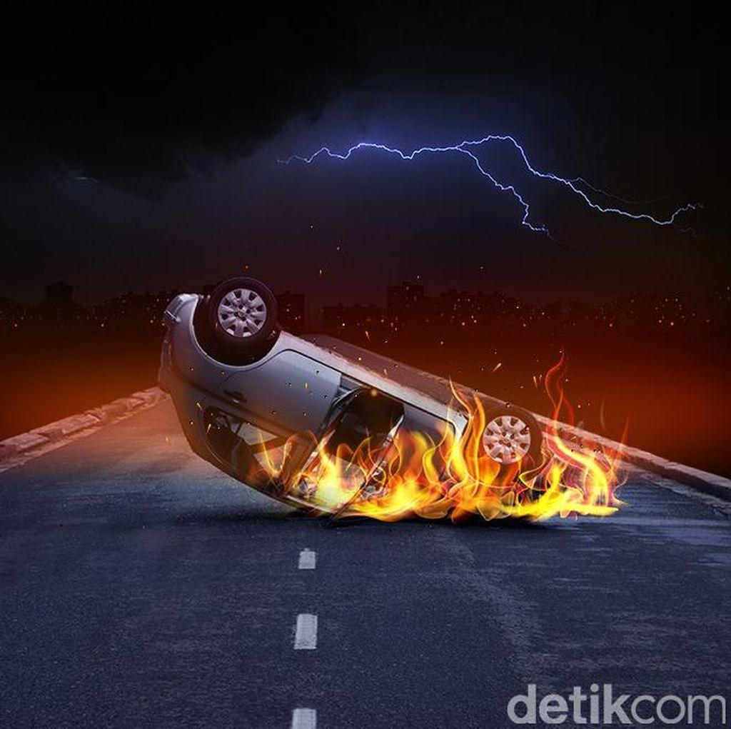 Mobil Sedan yang Kecelakaan di Tol Lampung Terbakar Usai Tabrak Truk