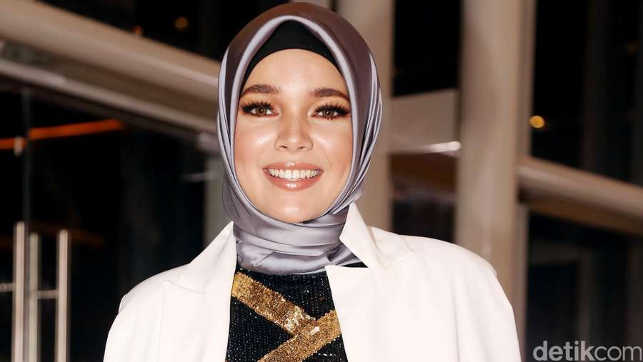 Gorgeous as Always! Dewi Sandra Memesona di FFI 2015