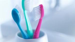 Liburan Tak Bawa Sikat Gigi, Gosok Pakai Tangan atau Pinjam Sikat Gigi?