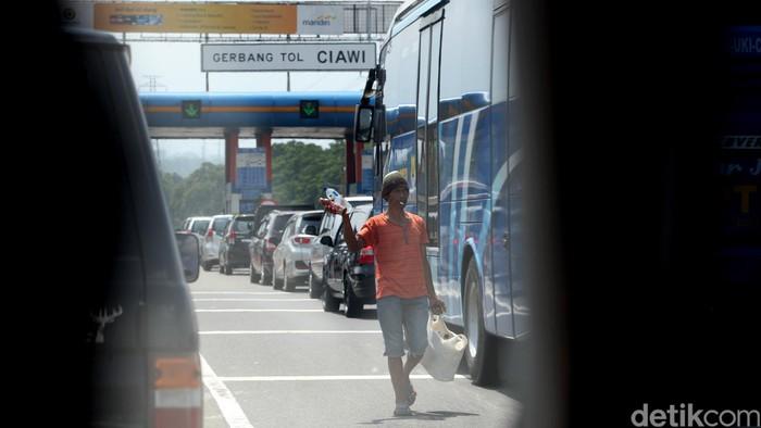 Pedagang kaki lima (PKL) berdagang di dalam jalan tol, tepatnya di dekat gerbang tol keluar Ciawi, Bogor (24/11/2015). Aktivitas PKL di dalam jalan tol ini sudah dilarang namun sebagian PKL membandel.   (Ari Saputra/detikcom)