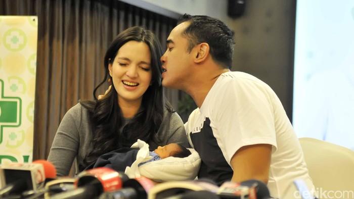 Nia Ramadhani & Ardi Bakrie jumpa pers soal kelahiran anak kedua mereka.
