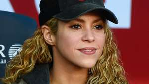 Shakira Seksi Pamer Bra di Red Carpet