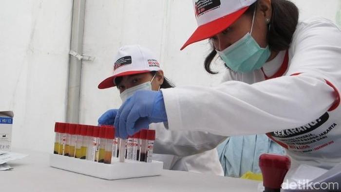 Petugas memeriksa sampel darah untuk tes HIV (Foto: AN Uyung Pramudiarja)