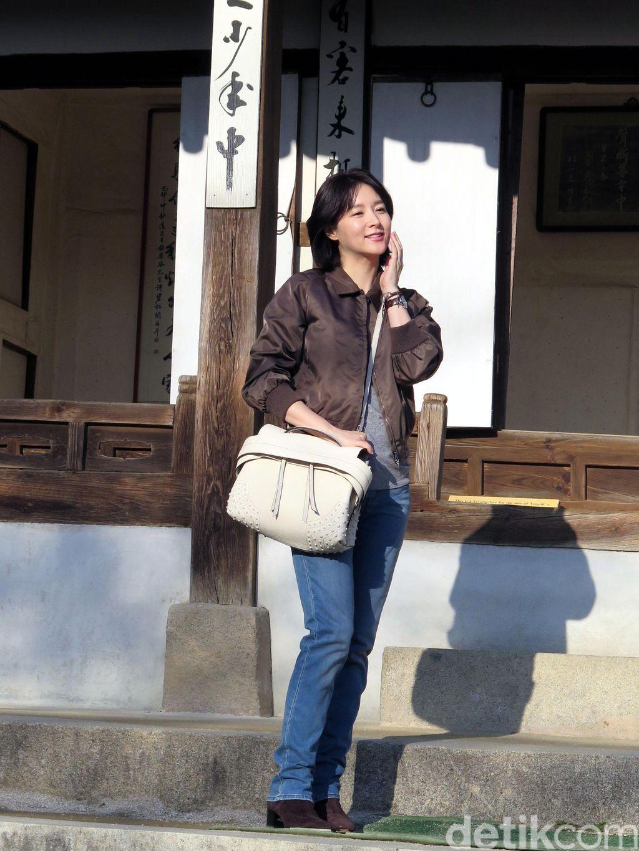 Lee Young Ae saat syuting 'Saimdong - The Herstory' di Ohjukheon, Gangneung, Provinsi Gangwon, Korea Selatan.