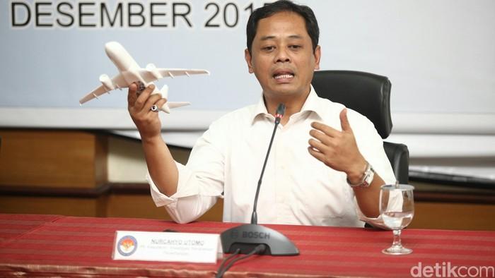 Kerusahakan Sistem Kemudi Penyebab Utama Kecelakaan Pesawat Air Asia QZ 8501 Mardjono Siswosuwarno Investigator KNKT, Soerjanto Tjahjono Ketua KNKT, Nurcahyo Utomo PLT Kasubkom Investigasi Kecelakaan Penerbangan memberikan keterangan pers tentang hasil penyelidikan KNKT atas kecelakaan pesawat Air Asia QZ 8501 di Kantor KNKT, Jakarta, Selasa (1/12/2015).