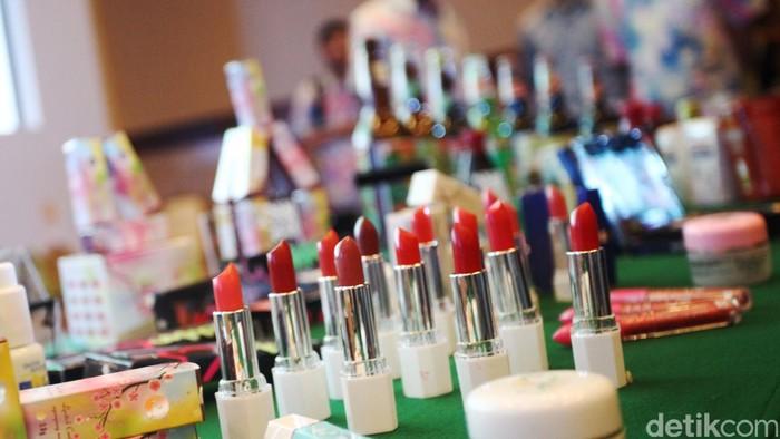 BPOM menyarankan masyarakat makin hati-hati sebelum membeli produk kosmetika. (Foto: Rachman Haryanto)