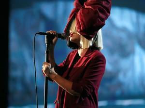 Pengakuan Mengejutkan Penyanyi Sia, Ternyata Nenek 2 Cucu