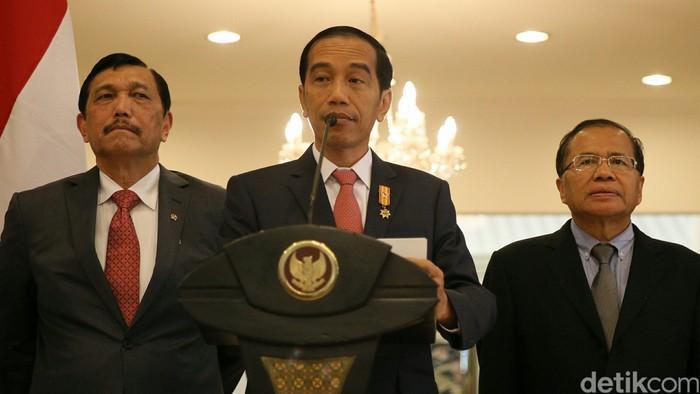 Presiden Joko Widodo memberikan keterangan pers usai menghadiri pertemuan COP 21 Paris, Prancis di Bandara Halim Perdana Kusuma, Jakarta, Rabu (2/12/2015). Jokowi mengatakan, acara COP21 ini dihadiri oleh pemimpin dari 150 negara. Di forum itu, Indonesia memberikan dukungan kepada COP21 yang berkomitmen terhadap isu perubahan iklim.