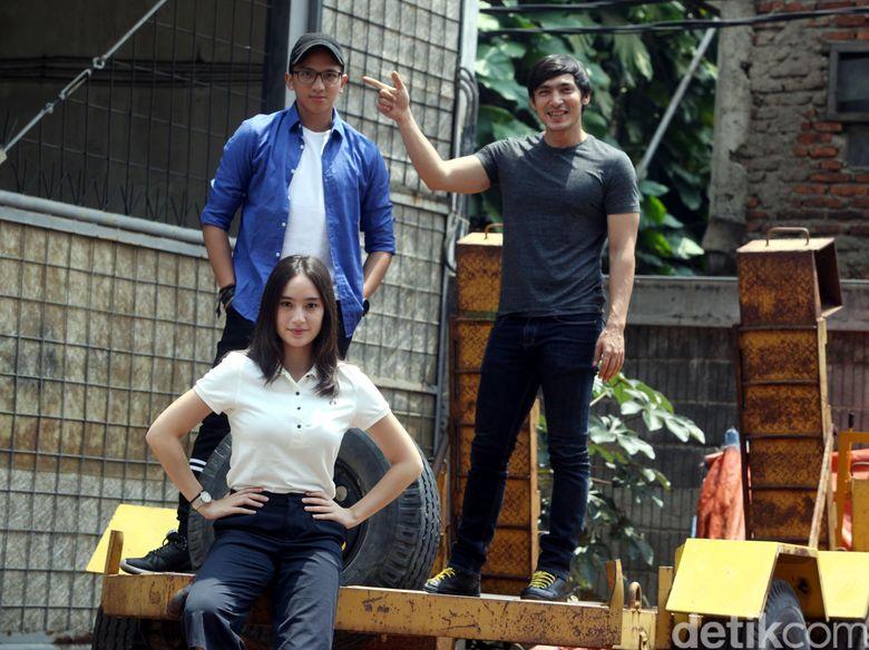Tiga sekawan di film Negeri Van Oranje, sayang Arifin Putra dan Chicco Jerikho berhalangan hadir.
