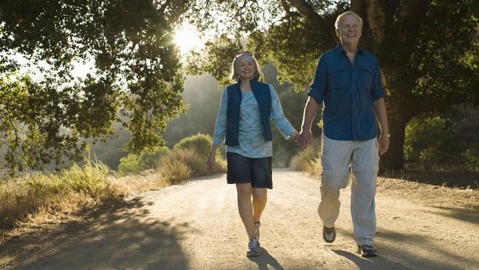 Jalan kaki jadi olahraga paling aman untuk lansia dan mencegah pikun. Foto: thinkstock