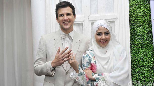 Risty Tagor menikah dengan Stuart Collin