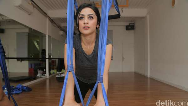 Serunya Yoga Swing Bareng Selvi Kitty
