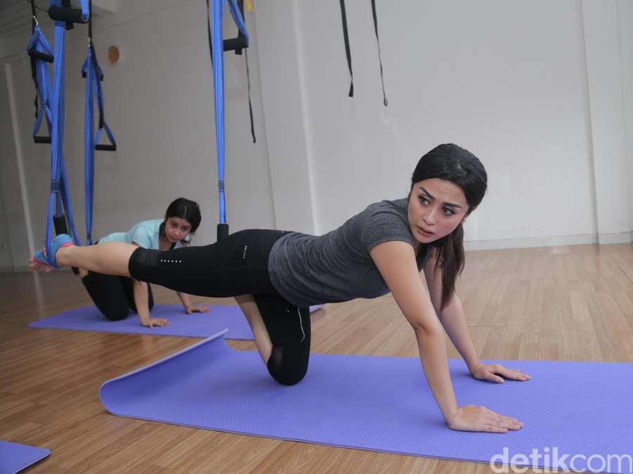 Serunya Yoga Swing Bareng Selvi Kitty