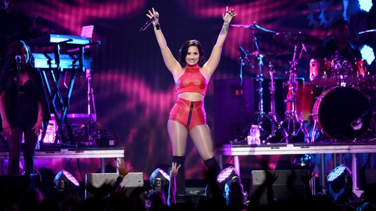 Red Hot Demi Lovato Seksi di Panggung