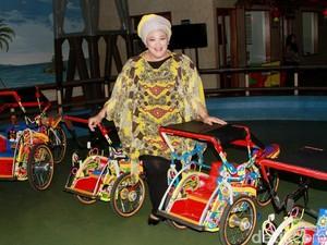 Dewi Hughes dan Becak Mini