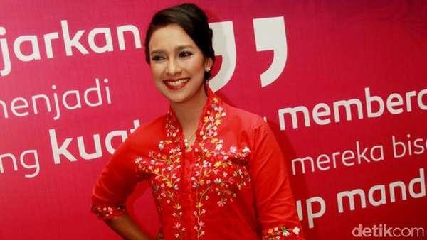 Pesona Shahnaz Haque Berkebaya Merah