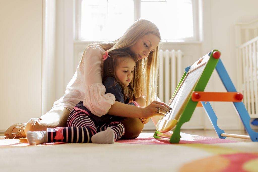 ilustrasi ibu dan anak main