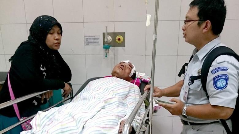 Petugas Jasa Raharja saat mengunjungi korban kecelakaan Metromini (Foto: Ahmad Masaul Khoiri)