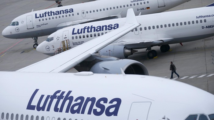 File photo of Lufthansa airplanes parked on the tarmac at Frankfurt airport, Germany, November 13, 2015.Deutsche Lufthansa November 28, 2015, signed an agreement with services union Verdi on pay for about 33,000 ground personnel, the union and the airline said.  REUTERS/Ralph Orlowski/Files