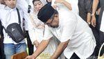 Suasana Duka di Pemakaman Ibunda Rano Karno