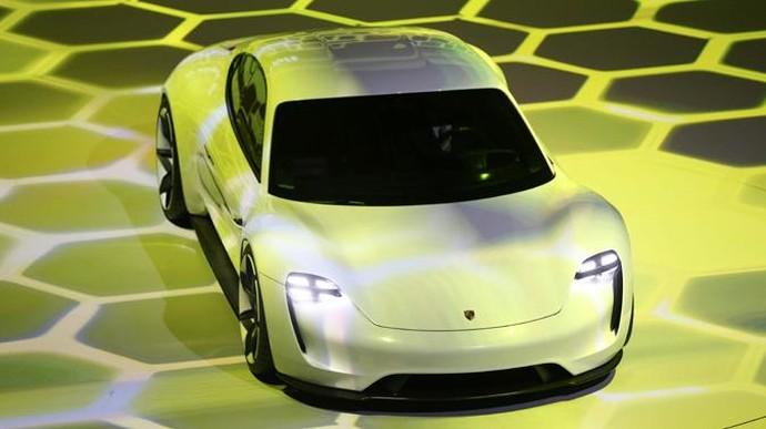 Mobil ini sempat diperlihatkan di Frankfurt Motor Show 2015 Porsche. Saat itu mobil masih menggunakan nama konsep Mission E. Sebuah mobil masa depan. Foto: Kai Pfaffenbach/Reuters