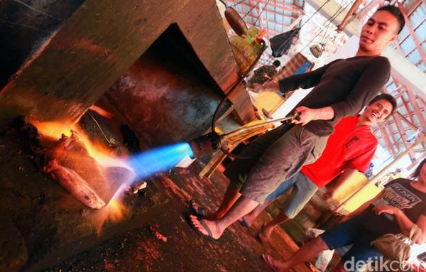 Pembakaran dan proses lainnya juga dilakukan di pasar yang sama (Reno/detikcom)