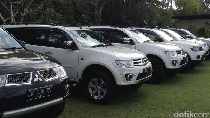 Komunitas pengguna Pajero Sport memarkirkan kendaraannya di Bali.