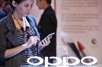 Oppo Indonesia meluncurkan smartphone baru R7s di Jakarta, Senin (7/12/2012). Smartphone yang mengandalkan kekuatan kamera, kecepatan prosesor dan berbagai fitur lain ini dilepas ke pasaran dengan harga Rp4jutaan. Tampak hadir  (kiri-kanan) Public Communication Oppo Suwanto, Brand Manager Oppo Alina, CEO Oppo Indonesia Ivan Lau dan Media Engagement Oppo Aryo Meidianto saat menunjukan Oppo R7s di Jakarta. (Ari Saputra/detikcom)