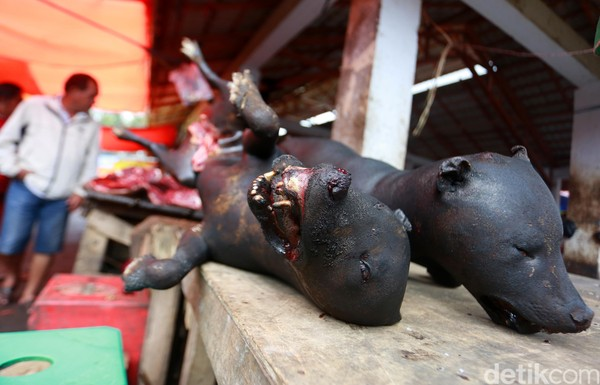 Pasar Tomohon juga dikenal dengan sebutan nama Pasar Beriman. Pasar ini menjual aneka makanan dari berbagai hewan yang tidak lazim (Reno/detikcom)