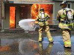 Kebakaran di Gambir Padam, Petugas Lakukan Pendinginan