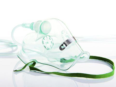 Tabung oksigen dibawakan oleh pemain lain.