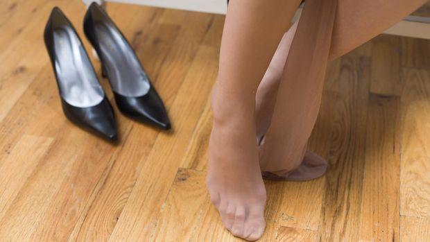 Lepas sepatu dan kaos kaki, lalu keringkan dengan baik.