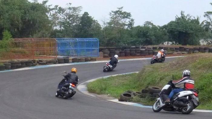 Komunitas Jakarta Max Owners (JMO) yang tergabung dalam wadah Indonesia Max Owners menyelenggarakan safety riding course bagi membernya.