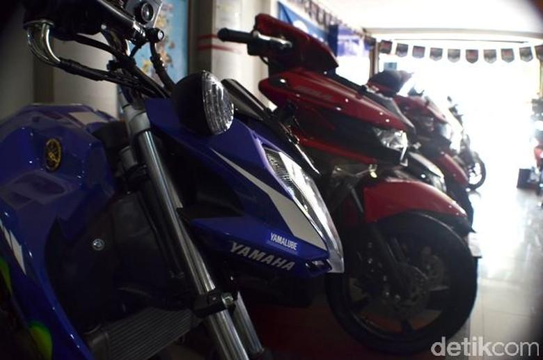 Motor-motor tengah dirawat/diservis di diler Yamaha.
