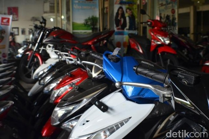 suasana penjualan dan perawatan motor di bengkel Honda