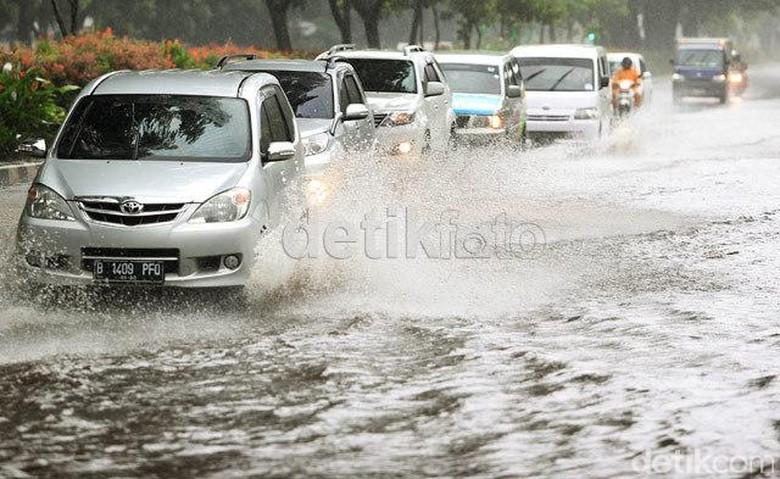 Ilustrasi mobil terobos banjir. Foto: detikFoto