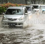 Secanggih Apapun Mobil, Tidak Anti-air, Simak Tips Menghadapi Banjir