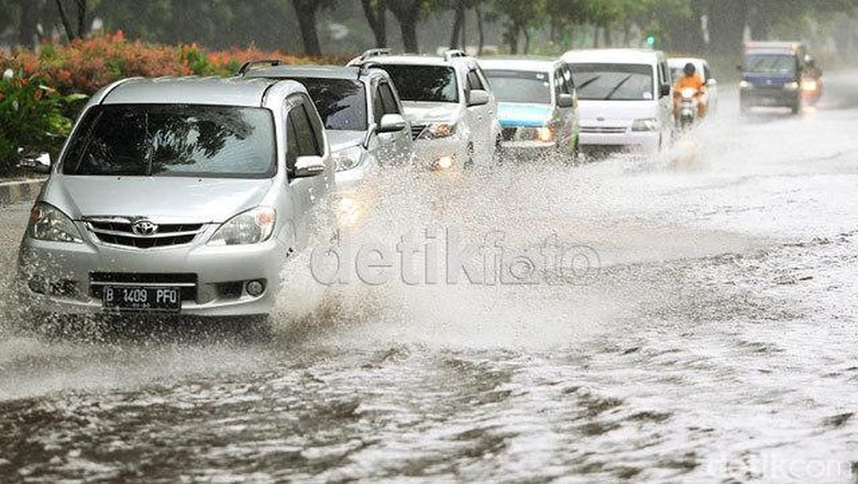 Mobil menerjang banjir Foto: detikFoto