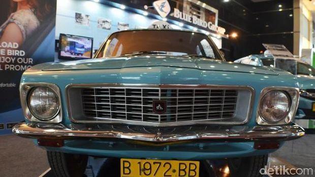 Blue Bird memperlihatkan mobil taksi pertamanya yakni sebuah Holden Torana (1972) dan mobil armada terbaru, Honda Mobilio.