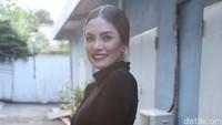 Pada 2013, ia terlibat perkelahian dengan seorang mahasiswi di kafe Golden Monkey Bandung. Dok. detikHOT