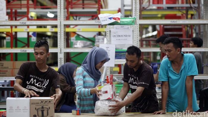 Para pekerja terlihat sibuk melayani dan mengemas pemesanan di gudang toko online MatahariMall.com di Jakarta sejak Kamis (10/12/2015). Revolusi belanja online di Indonesia kini semakin bergeliat dengan semakin banyaknya pelaku e-commerce yang terus meningkat dari waktu ke waktu.